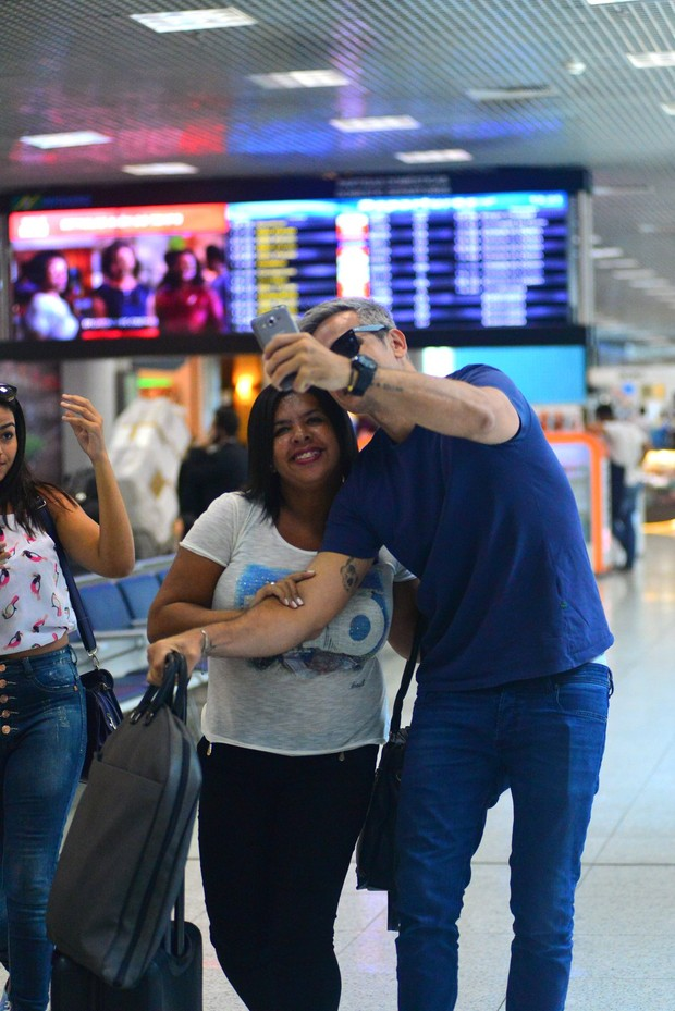 Otaviano Costa faz graça ao embarcar no aeroporto Santos Dumont no Rio de Janeiro (Foto: William Oda / Agnews)