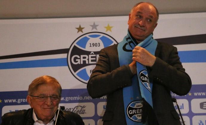 Felipão veste cachecol na apresentação no Grêmio (Foto: Diego Guichard/GloboEsporte.com)