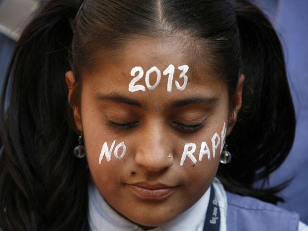 Menina homenageia vítima de estupro coletivo na ìndia (Foto: Amit Dave/Reuters)