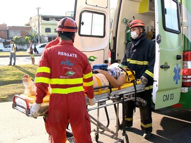 Passageira fica ferida em acidente com ônibus (Foto: Fernando Estevão/ TV Gazeta)