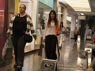 Simpática, filha de Glória Pires faz compras e acena para paparazzo