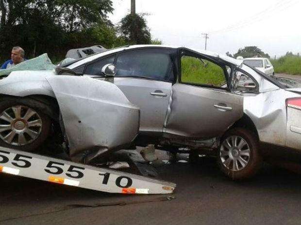Carro em que jovens estavam ficou destruído em acidente em Trabiju (Foto: Moacir Júnior/ Arquivo Pessoal)
