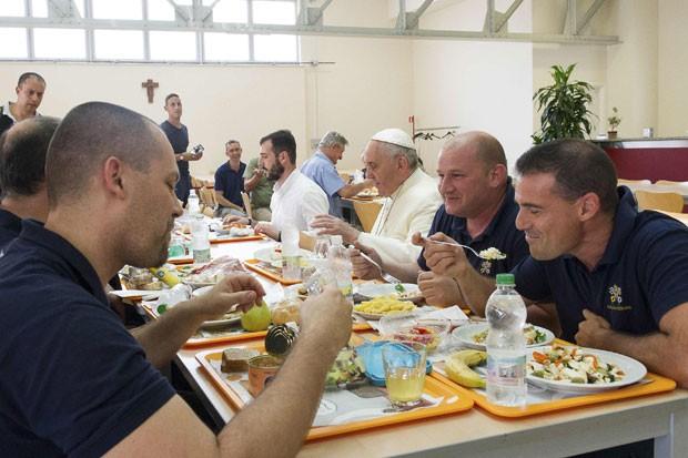Papa Francisco almoça com funcionários do Vaticano em visita surpresa nesta sexta-feira (25) (Foto: Osservatore Romano/Reuters)