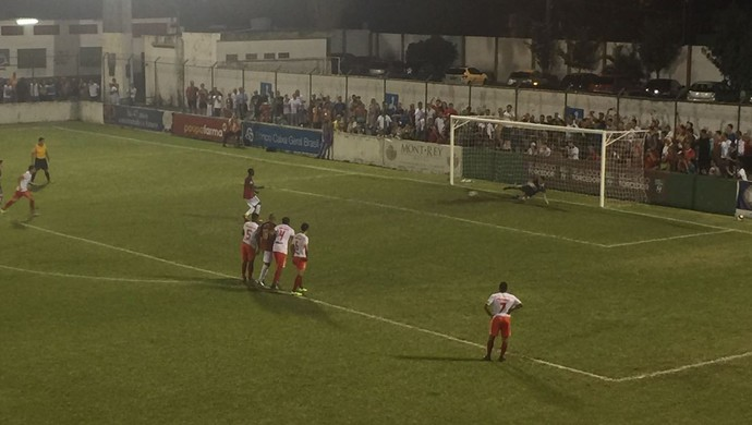 Lucas Lino converte pênalti em Portuguesa Santista x Grêmio Osasco, no Ulrico Mursa (Foto: Gabriel dos Santos)