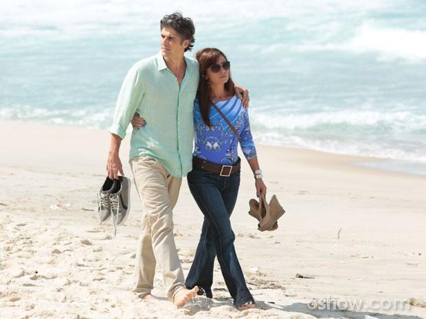 Giovanna Antonelli e Reynaldo Gianecchini gravam cenas de Clara e Cadu em praia carioca (Foto: Felipe Monteiro/TV Globo)
