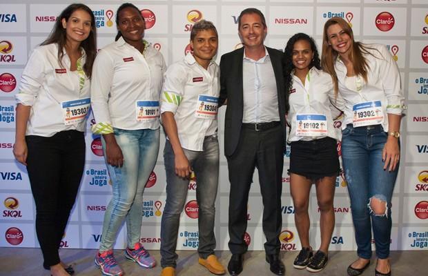 Arnaud Charpentier e atletas do time Nissan (Foto: Divulgação)