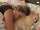 Rodrigão faz vídeo em que aparece tentando acordar Adriana, grávida