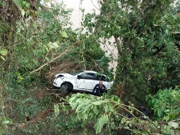 Carro foi encontrado e retirado ddo Rio Itajaí na manhã desta segunda-feira (22) (Foto: Bombeiros da União/Divulgação)