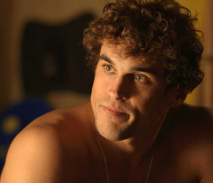 Gabriel não curte muito o que escuta do irmão (Foto: TV Globo)