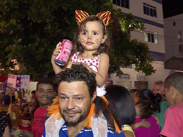 Menina vestida de gatinha no Carnaval de Petrolina (Foto: Reprodução / TV Grande Rio)