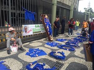 Funcionários do Comperj fazem protesto em frente à sede da Petrobras nesta quarta-feira (4) (Foto: Janaina Carvalho / G1)