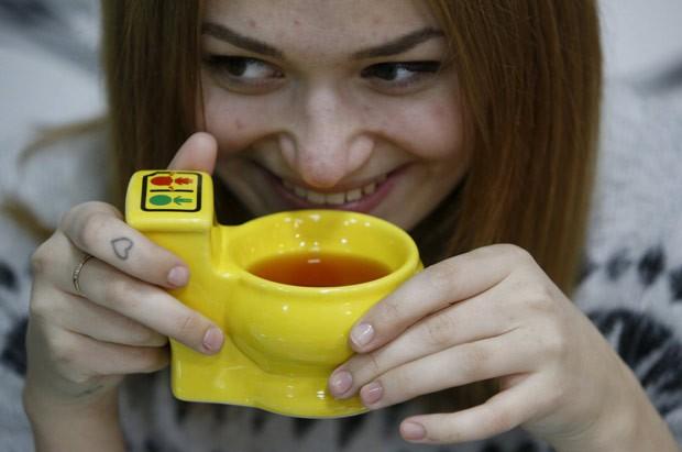 Café de Moscou usa xícaras em formato de miniprivadas (Foto: Sergei Karpukhin/Reuters)