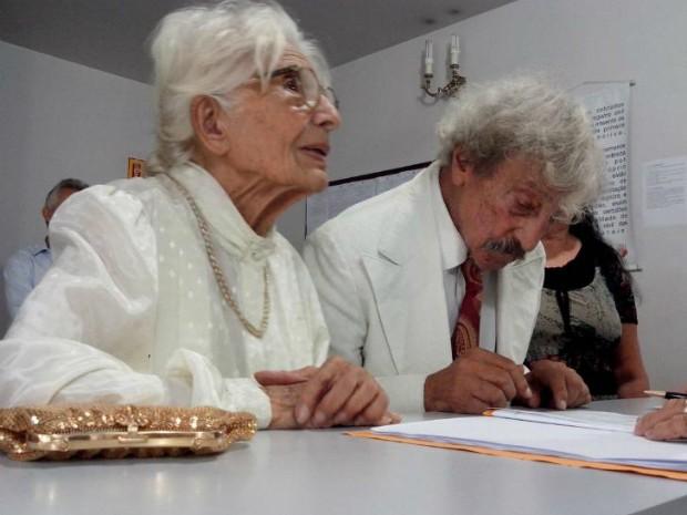 'Mais que sim', diz idosa de 90 anos após sete décadas de 'noivado'
