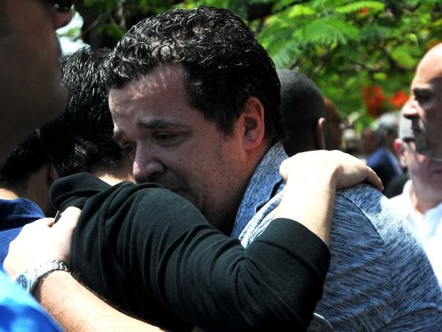 Parentes de vítimas do voo estão em choque e chorando (Foto: Reuters)