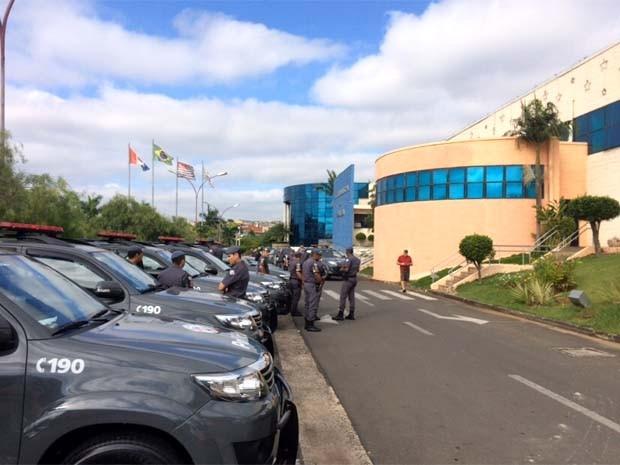 Policiais militares e promotores do Gaeco cercam prédio da Prefeitura de Indaiatuba (Foto: João Paulo Ferreira / EPTV)
