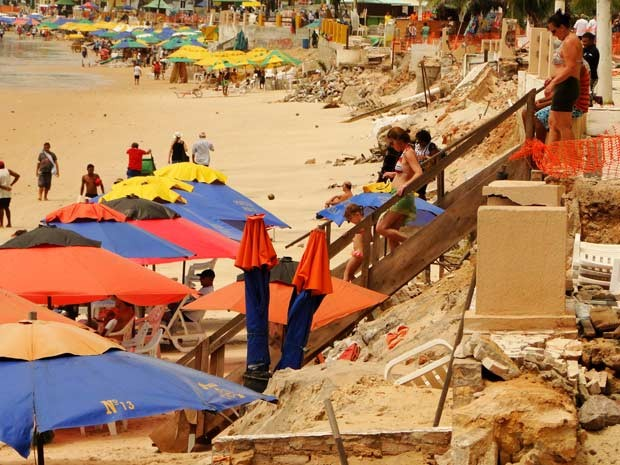 Destruição causada pelo avanço do mar no calçadão da praia de Ponta Negra, cartão postal de Natal (Foto: G1)