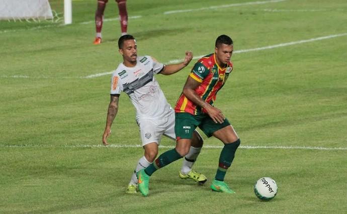 Jean Carlos domina bola pelo Sampaio em jogo contra Tupi, pela Série B, no Castelão (Foto: Biaman Prado/O Estado)