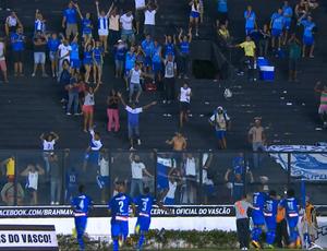 Vitinho vai para a torcida comemorar o golaço (Foto: Reprodução/TV Globo)