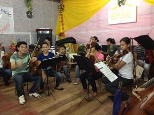 Músicos ocuparam o espaço de uma pequena igreja, na palafita, para fazerem a apresentação (Foto: Graziela Miranda/G1)