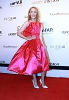 Embrulhada para presente? Kylie Minogue aparece com look exótico