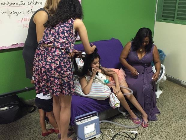 Lucia e a mãe Carmem se arrumando em uma das salas da escola com a ajuda de professores (Foto: Michele Mendes/Reprodução)