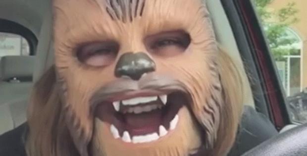 Mulher com máscara de Chewbacca que tem acesso de riso vira hit na web (Foto: Candice Payne/Facebook/Reprodução)