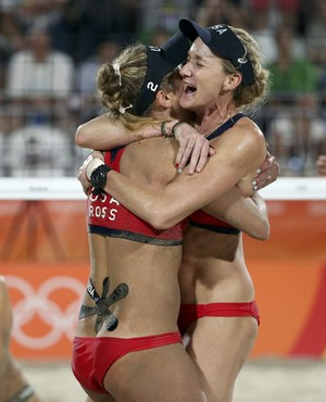 Larissa e Talita contra Walsh e Ross no vôlei de praia (Foto: Tony Gentile/Reuters)
