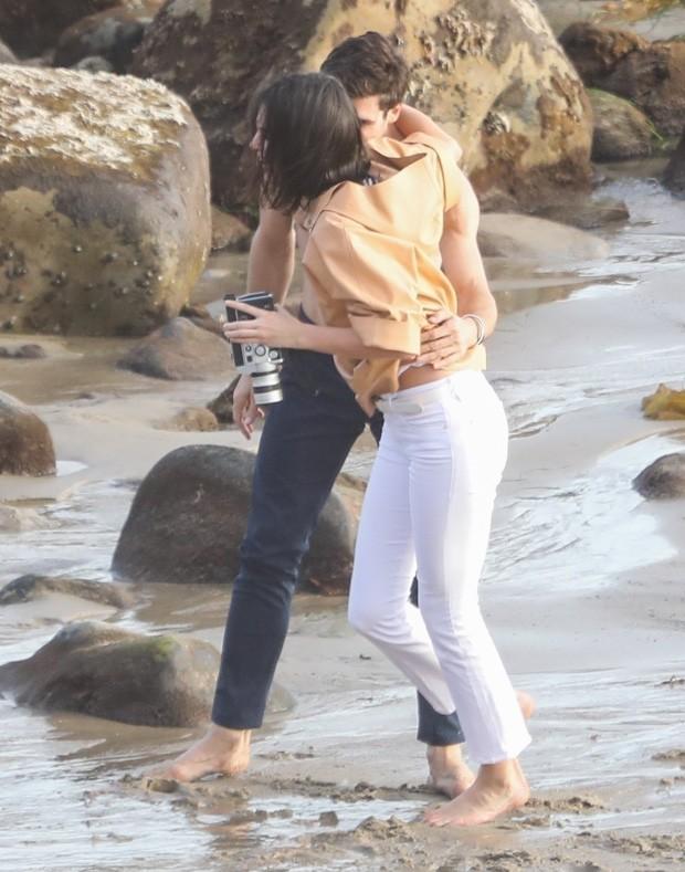 Kendall Jenner é clicada com bonitão sarado (Foto: BackGrid)
