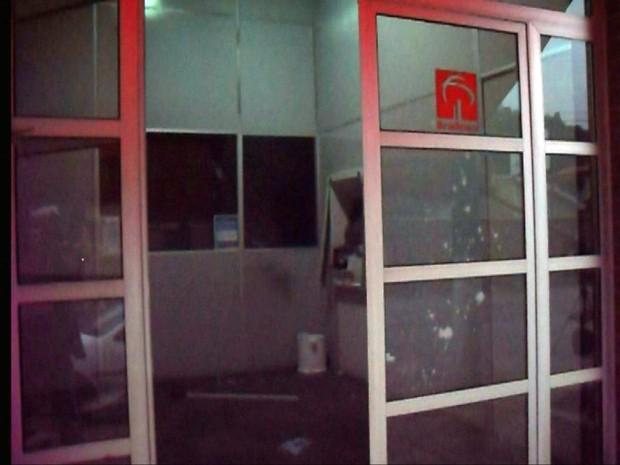 Assaltantes explodem único caixa eletrônico de Piranguinho (Foto: Reprodução EPTV)