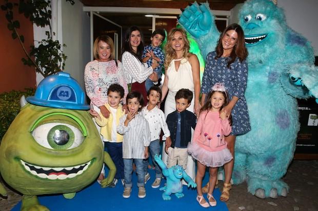 Zilu com o neto, Isabella Fiorentino com os trigêmeos, Eliana com Arthur e Mariana Kupfer com a filha (Foto: Manuela Scarpa/Foto Rio News)