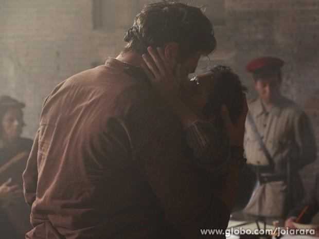 Gaia beija Toni sem saber que o descente de italiano está casado com outra (Foto: Ellen Soares / Tv Globo)