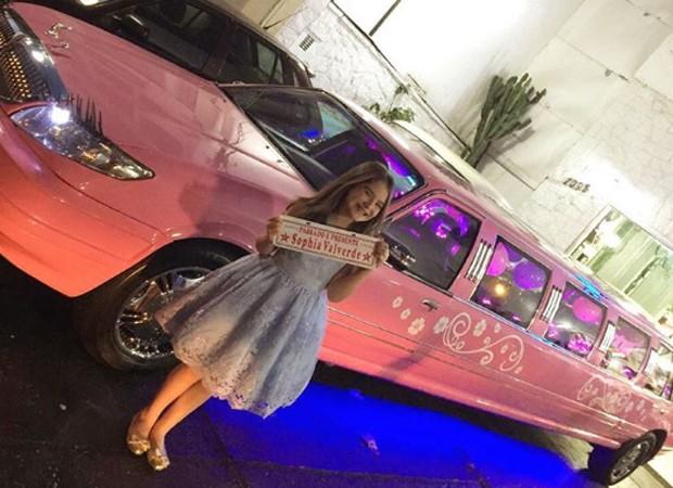Sophia Valverde chega em festa em limousine cor-de-rosa (Foto: Reprodução/Instagram)