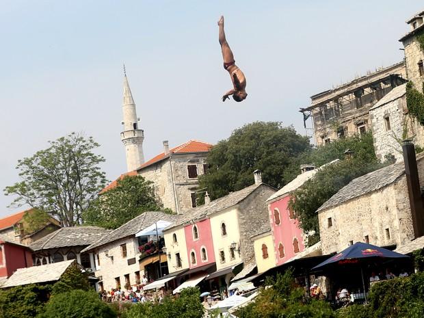 Mergulhador salta da Old Bridge em concurso na cidade de Mostar, Bósnia, neste sábado (15) (Foto: Reuters/Dado Ruvic)