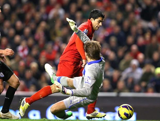 Luis Suarez na partida do Liverpool contra o Newcastle (Foto: Getty Images)