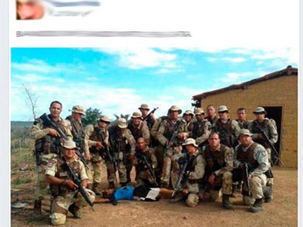 Foto de policiais com suspeito de assaltar banco em Mucugê morto em Bonito (Foto: Reprodução/Facebook)
