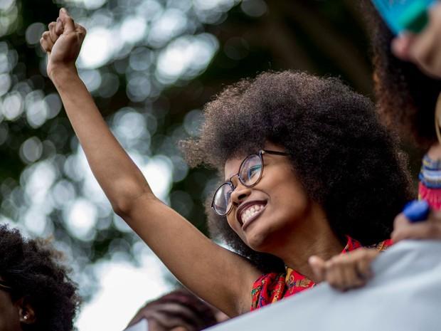 Mulher participa da 2ª Marcha do Orgulho Crespo na Avenida Paulista, em São Paulo (Foto: Suamy Beydoun/Futura Press/Estadão Conteúdo)