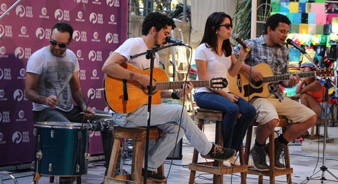 A banda têm projeto musical com formato acústico e cardápio musical não convencional  (Foto: Reprodução/TV Clube)
