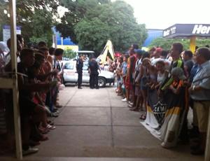 A polícia esteve no aeroporto para conter a euforia dos torcedores (Foto: Diego Souza)