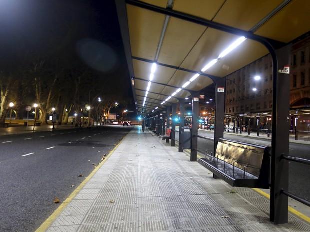 Ponto de ônibus de Buenos Aires vazio, no primeiro dia de greve nacional na Argentina (Foto: Reuters)
