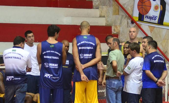 Edvar Simões comunica elenco sobre sua saída do comando do São José Basquete no ginásio Lineu de Moura. (Foto: Antonio Basílio/PMSJC)
