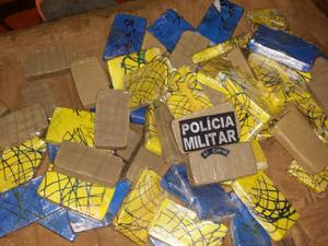 Tabletes de cocaína e pasta base estavam dentro de compresso de ar (Foto: Divulgação/4ªCIPM)