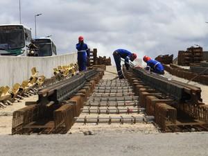 Trilhos do metrô de superfície Veículo Leve sobre Trilhos (VLT) estão sendo preparados para instalação em sua segunda linha projetada em Cuiabá, no eixo Centro – Coxipó. Operários já iniciaram os trabalhos em viaduto da Avenida Fernando Corrêa da Costa. (Foto: Edson Rodrigues / Secopa)