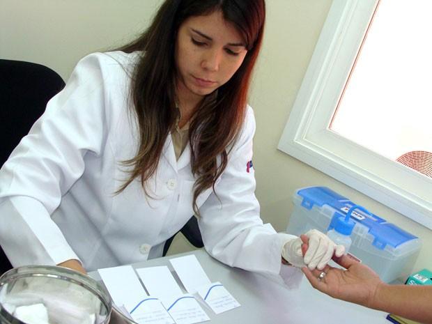 Coleta de material genético é feito na própria clínica DNA Center (Foto: Assessoria de imprensa/DNA Center)