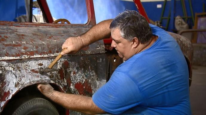 Bocão é o funileiro e artista responsável pela restauração das raridades de Eugênio Chiti  (Foto: reprodução EPTV)