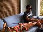 Cissa Guimarães ganha massagem de André Marques nos pés