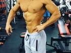 Felipe Franco posa forçando os músculos em vídeo. Assista