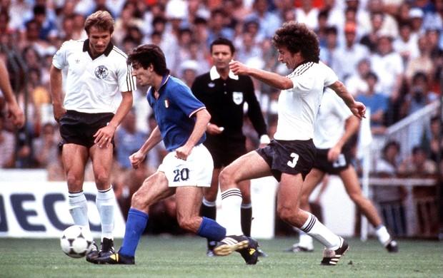 Arnaldo cezar coelho árbitro final Paolo Rossi Itália Breitner Alemanha copa do mundo 1982 (Foto: Agência Getty Images)