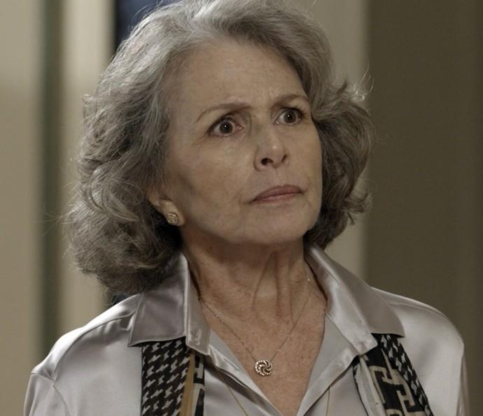 Vitória leva um susto quando chega na casa de Emília (Foto: TV Globo)