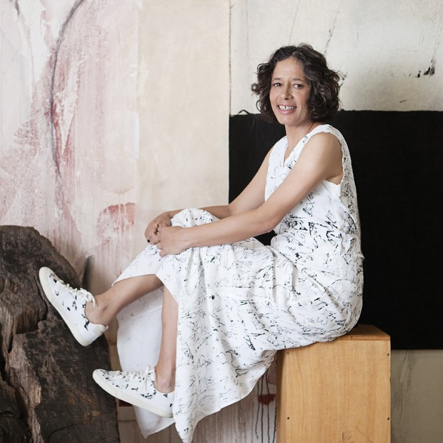Elisa em seu atelier com vestido e tênis. Foto: Mariana Maltoni.