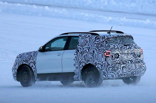 Volkswagen T-Cross é fotogrado em testes na Finlândia (Foto: Automedia)